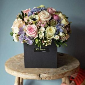 Roses arrangement in a hat box
